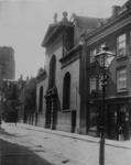 XVIII-409-1 De Lange Torenstraat met de Paradijskerk. Op de achtergrond de toren van de Sint-Laurenskerk.