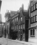 XVIII-409-2 De Lange Torenstraat met op de voorgrond rechts de toegang tot de Blauwe Gang, links de Paradijskerk. Op de ...