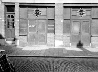 XVIII-420-00-01-02 Synagoge aan de Joost van Geelstraat.