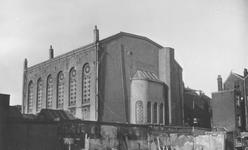 XVIII-420 De synagoge aan de Gedempte Botersloot na de afbraak van de panden aan de noordzijde van de Meent.
