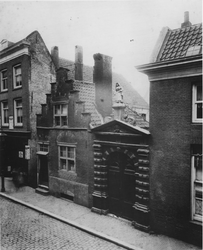 XX-41 Poort van het Oude Vrouwenhuis aan de Hoogstraat.