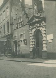 XX-43-1 Poort van het Oude Vrouwenhuis aan de Hoogstraat.