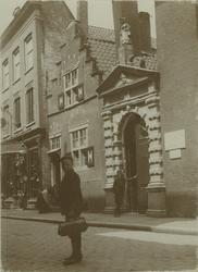 XX-43-2 Poort van het Oude Vrouwenhuis aan de Hoogstraat.