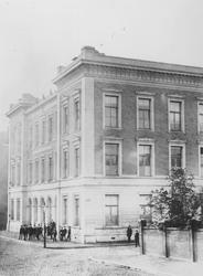 XXII-109 Gezicht op de Hogere Burgerschool ( H.B.S.) in de Kortenaerstraat.