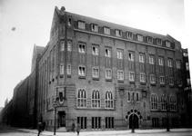 XXII-149 Gezicht op het r.k. Instituut St. Lucia in de Aert van Nesstraat bij de hoek met de Lijnbaanstraat (links).