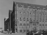 XXII-150-01 Gezicht op het r.k. Instituut Sint Lucia aan de Aert van Nesstraat met links de Hennekijnstraat.