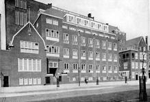 XXII-173-02-01-00-01 Gezicht op de Rotterdamse Huishoudschool aan de Graaf Florisstraat nummer 45.