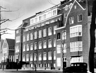 XXII-173-02 Gezicht op de Rotterdamse Huishoudschool aan de Graaf Florisstraat nummer 45.