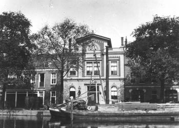 XXII-176-02 Academie van Beeldende Kunsten en Technische Wetenschappen aan de Coolvest.Op de voorgrond de Coolsingel.