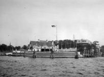 XXIII-130 Het clubgebouw van de Roei-en Zeilvereniging De Maas aan de Veerdam, Veerhaven, uit het zuid-westen.
