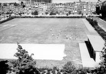 XXIII-139-04 Gezicht op het sportterrein met de Ch.H.B.S. en Het Marnix Gymnasium op het Henegouwerplein. Op de ...
