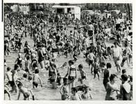 XXIII-167-00-00-05 Spelende kinderen bij het strandbad in het Zuiderpark.