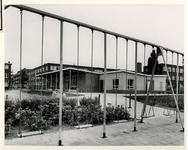 XXIII-167-02 Kinderen doen spelletjes op het speelterrein op het Schuttersveld.