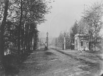 XXIII-97 De hoofdingang van de Diergaarde aan de Diergaardelaan.