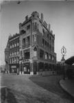 XXIV-27-00-02 Het Hofplein met o.a. Café Centraal, rechts de Raampoortstraat.