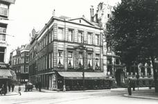 XXIV-3-1 Het Beursplein met o.a. café-restaurant de Nieuwe Pool en restaurant 't Verguld Spinwiel.Tussen de restaurants ...