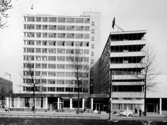 XXIV-51-02-16-2 Het Rijnhotel en A.M.V.J. =Stichting Algemeen Maatschappij voor Jongeren gebouw aan de Mauritsweg, van ...