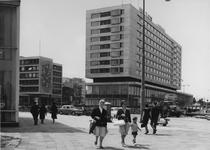 XXIV-78-01-00-02-14-4 De Coolsingel, aan de overzijde links de Kruiskade, rechts het Hilton Hotel in aanbouw aan het ...