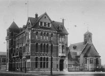 XXIV-97-01 Het tehuis voor Engelse zeelieden aan de Pieter de Hoochweg. Rechts de Saint-Mary's Church (Engelse kerk).