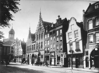 XXV-117 De Gedempte Botersloot, panden nr.173 t/m 203 met o.a. het Telefoonkantoor (gebouw met klok) en aan het einde ...