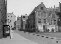 XXV-124 Omgeving Raam - Bulgersteynstraat, links de achterzijde van het stadhuis.