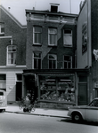 XXV-166-02-01 Gezicht op een pand aan de Crooswijkseweg met een groente- en fruitwinkeltje.