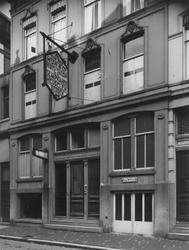 XXV-196-01-00-03 Het meubelbedrijf A. van der Mijn & Co. aan de Eendrachtsstraat nummer 8.