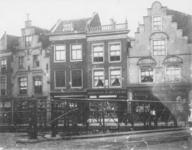 XXV-20 Gezicht op een rij huizen aan de Aelbrechtskolk met op de voorgrond de Aelbrechtsbrug.