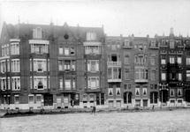 XXV-224 Gezicht op enige huizen aan de 's-Gravendijkwal bij de Rochussenstraat.