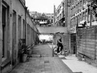 XXV-34-02-00-00-00-02 Gezicht in een steegje terzijde van de Batavierenstraat met op de achtergrond het bovenste ...