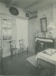 XXV-350-00-01 Interieur van een huisje in een slop genaamd Vrouwenhuisgang aan de Hoogstraat 99-8, naast het Oude ...