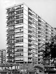 XXV-357-03-01 Het flatgebouw aan de Jan Evertsenplaats en Aert van Nesstraat, gezien vanaf de Karel Doormanstraat.