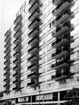 XXV-358-01-05 Het Olveh-flatgebouw aan de Joost Banckertplaats.