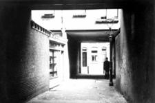 XXV-358-02 Gezicht in een hofje aan de Josephstraat en de Gaffelstraat.