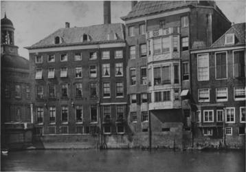 XXV-372-01 Achterzijde van panden aan de Kleine Draaisteeg, links de Beurs.