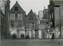 XXV-545 Het Raamplein, de Paddengang en de achterzijde van panden aan het Haagseveer, links het stadhuis.