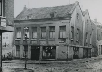 XXV-563-06-01 Het pand in de Rubroekstraat nummer 119, hoek Eerste Crooswijksedwarsstraat, uit het zuiden.