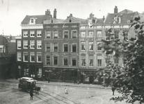 XXV-71 Het Beursplein en de Geldersekade, tussen de Zwarte Hondstraat, het spoorwegviaduct en de Vissteeg.Tot ca. 1928 ...
