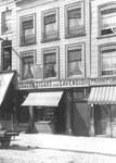 XXV-86 Gezicht op panden (o.a. een sigarenwinkel) aan de Boompjes.Links, boven de sigarenwinkel een gedenksteen van ...