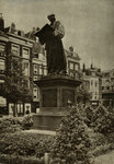 XXVI-13-02 Standbeeld van Erasmus op de Grotemarkt.