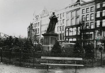 XXVI-14 Standbeeld van Erasmus op de Grotemarkt.