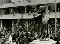 XXVI-17-00-01-17-2 Standbeeld van Erasmus en gebouw de Heuvel aan de Sint-Laurensplaats, tijdens de viering van het 20- ...