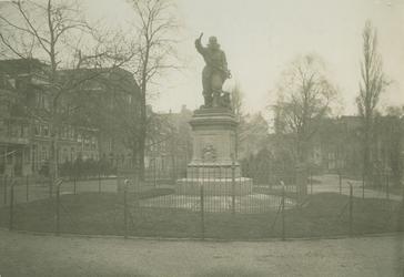 XXVI-25 Het standbeeld van Piet Heyn op het Piet Heynsplein.