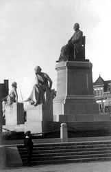 XXVI-32-01 Gezicht op het monument Van 't Hoff aan de 's-Gravendijkwal.