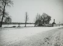 XXVII-6-1-TM-2 Begraafplaats Crooswijk aan de Kerhoflaan. 2 opnamen. Van boven naar beneden:-1: de ingang gezien vanuit ...
