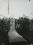 XXVII-7 Gezicht op het grafmonument van de familie Van Veen op de begraafplaats Crooswijk aan de Kerkhoflaan.