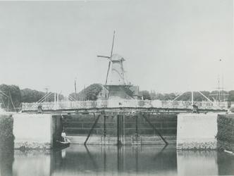 XXXI-116-3 Schiemond. De pas voltooide Ruigeplaatsluis. Op de achtergrond molen De Distilleerketel .