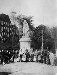 XXXI-132-2 Groepsfoto bij het standbeeld van Piet Heyn op het Piet Heynsplein.