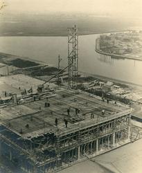 XXXI-433-01 Fabriek van de Erven de Wed. van Nelle in aanbouw. Op de achtergrond de Delfshavense Schie en houthandel ...
