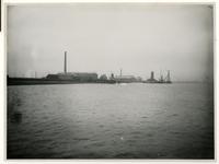 XXXI-514 De chemiefabriek ter Horst en van Hasselt op de Vondelingenplaat in Pernis aan de Nieuwe Maas.